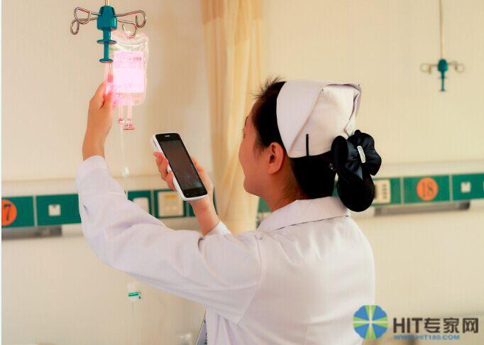 值班护士扫描输液袋