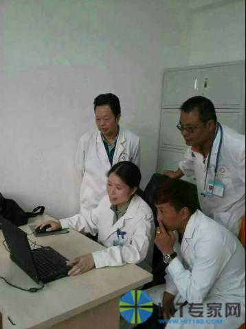 李树平在给八宿县人民医院放射科医生讲解病例