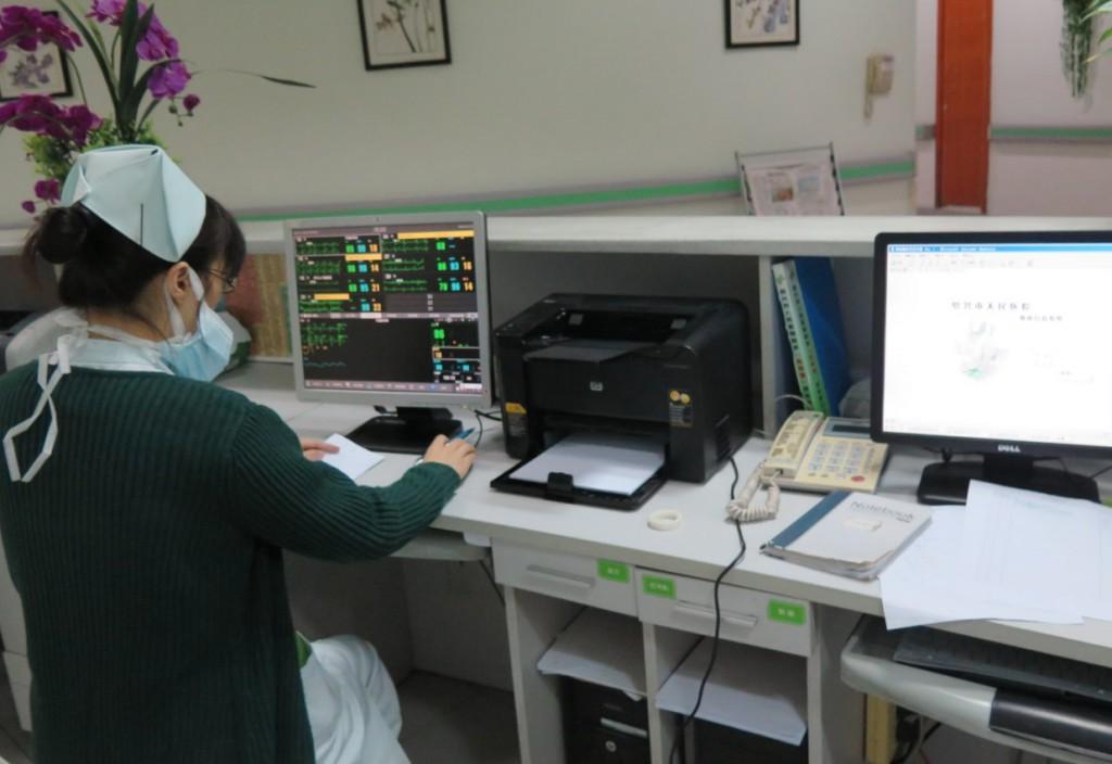 某医院护士工作站,台式机连接了打印机。